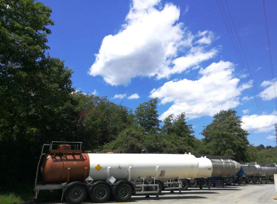 Operamos una moderna flota propia de cisternas e isocontenedores